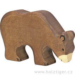 Medvěd hnědý, krmící se– dřevěné zvíře